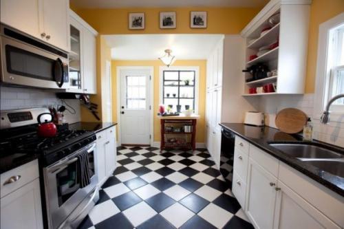 Чем покрыть деревянный пол на кухне. Что учесть при выборе напольного покрытия