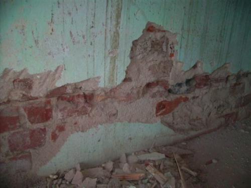 Как удалить со стен декоративную штукатурку.  Снимать старую штукатурку или нет?