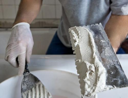 Декоративный камень для внутренней отделки, как клеить. Как выбирать клеевое вещество