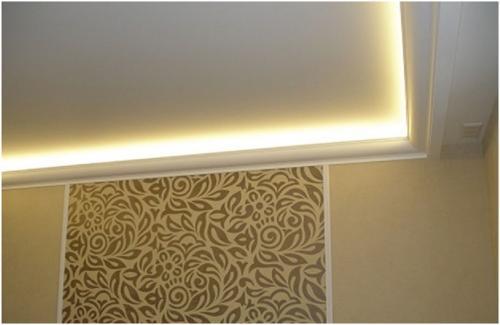 Потолочный плинтус для скрытой подсветки. Подсветка потолка светодиодной лентой под плинтусом
