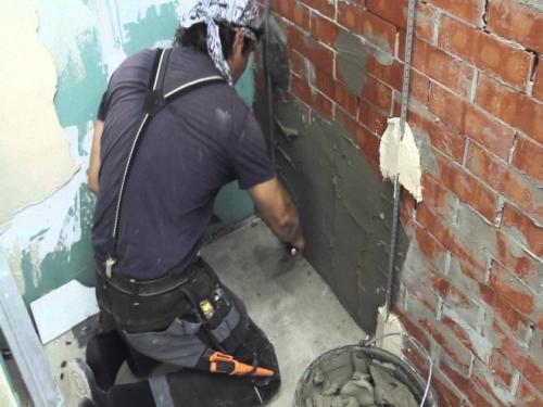 Выравнивание стен перед укладкой плитки. Используемые материалы